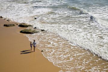 Portugal, Algarve, zwei Jungen stehen am Strand