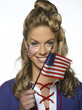 Junge Frau mit US-Flaggen