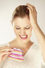 Junge Frau mit leerem Portemonnaie, Zähne zusammenbeißen