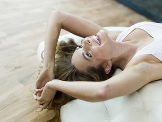 Frau liegen auf dem Bett, lächeln,
