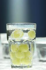 Trauben in Glas Wasser