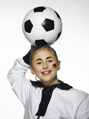 Mädchen, Deutscher Fußballfan, hält Fußball