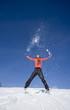 Die Frau springen in Schnee