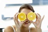 Frau jung mit geschnittener Orange