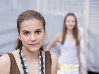 Teenager, Mädchen trägt Halskette