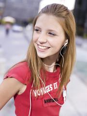 Teenager-Mädchen mit MP3-Player