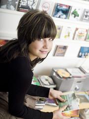 Junges Mädchen, Porträt, hält CDs