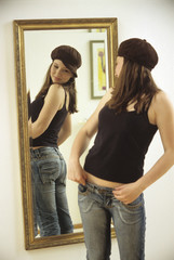 Teenager Mädchen Anziehen, Blick auf Spiegel