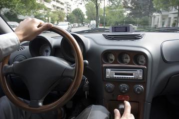 Mann sitzen im Auto, close-up