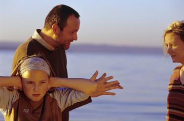 Eltern in Streit, Mädchen, die Ohren zuhalten