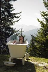 Junge Frau liegt in der Badewanne