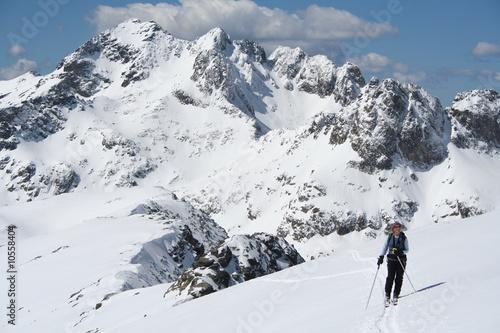 Tuinposter Weg in bos Skieuse devant le Mont Bégo