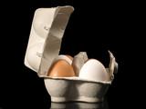 Braune und weisse Eier in der Schachtel poster