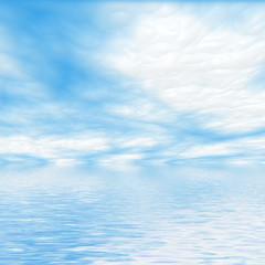 Cielo azzurro con nuvole riflesse nell'acqua