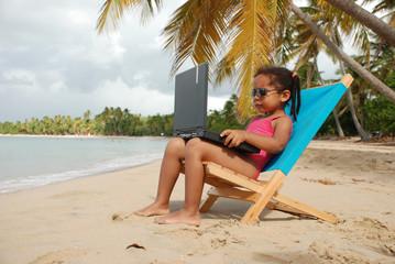 Enfant sur un transat sur la plage