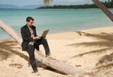 Homme assis sur un cocotier - Fine Art prints