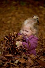 Kind mit Blättern