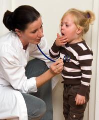 Arzt untersucht ein Kind in Ordination