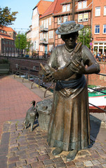 Fischfrau am Fischmarkt in Stade im Alten Land