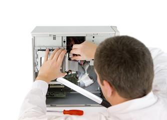 Computerfachmann bei der Arbeit