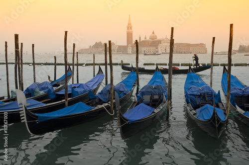 Fotobehang Gondolas Gondeln vor San Giorgio Maggiore, Venedig, italien