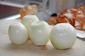 4 geschälte Zwiebeln