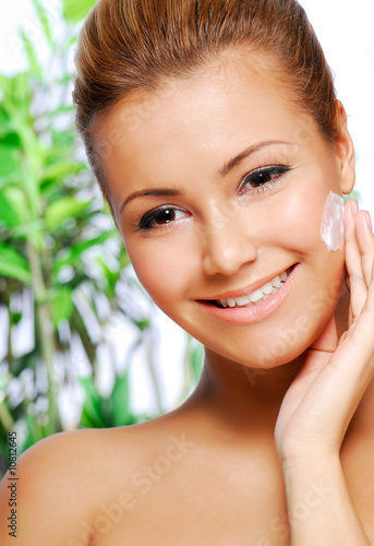 latinos woman applying moisturiser cream