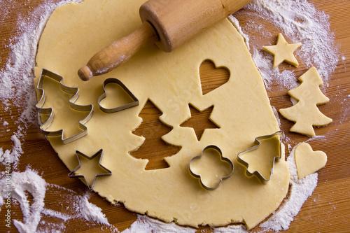 Plätzchen für Weihnachten werden gebacken - 10814871