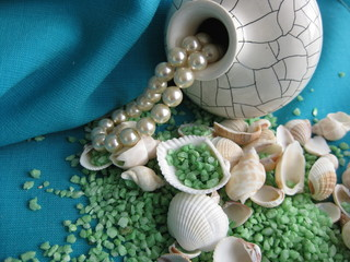 Vase, pearl and seashell