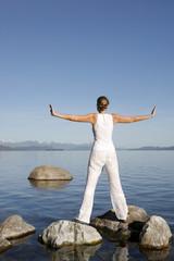 Mujer Meditando al lado de un Lago