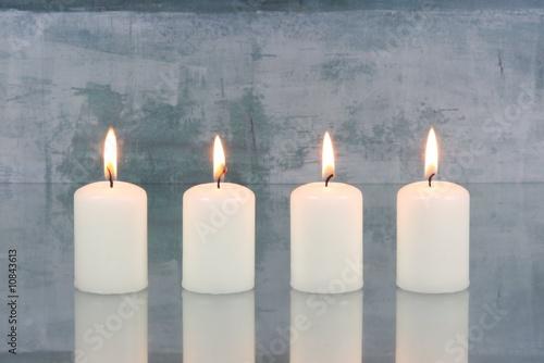 In de dag Vuur / Vlam Weiße Kerzen vor hellblauem Hintergrund