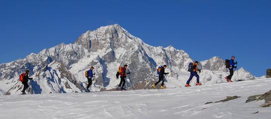 in fila con il  Monte Bianco
