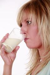 Frau trinkt Milch01
