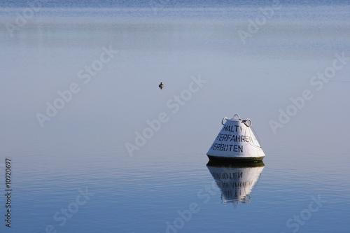 Eine Boje auf dem Möhnesee