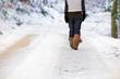 Leinwanddruck Bild - Frau im Schnee