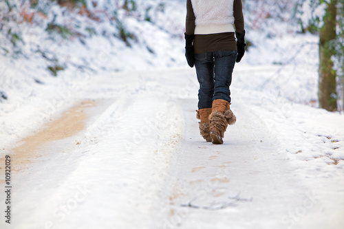 Leinwanddruck Bild Frau im Schnee