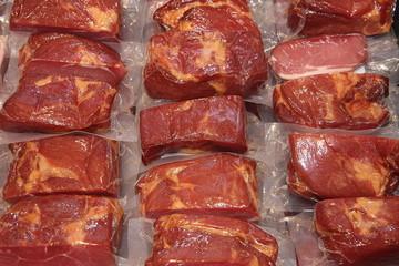 Fleisch in Folie verpackt im Supermarkt