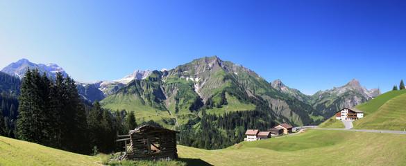 Panorama der majestätischen Bergwelt im Bregenzerwald