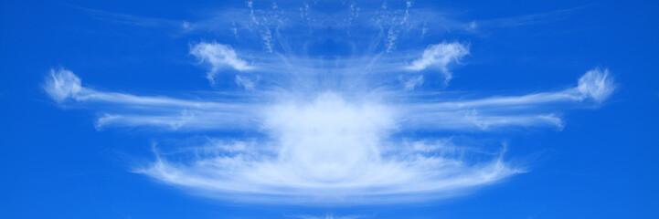 nuages sur un ciel bleu outremer