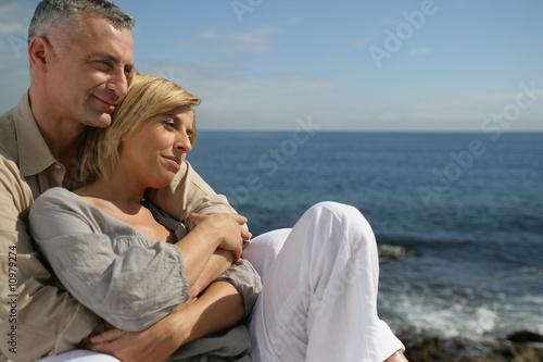 Couple enlacé face à la mer