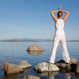 Fototapety Mujer Meditando al lado de un Lago