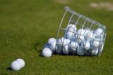 Fallen koš s míčky na golf