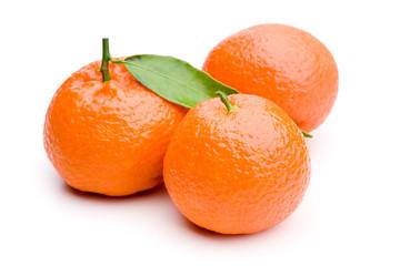 Drei ganze Mandarinen isoliert auf weißem Hintergrund