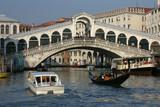 Venise - Circulation au pied du Rialto poster