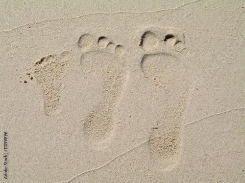 empreintes de pied sur le sable blanc