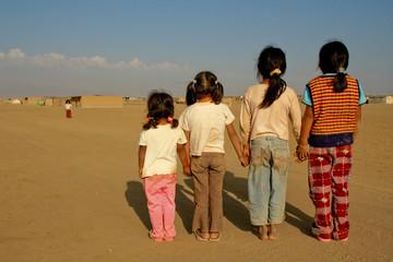 Kinder in Wüstendorf, Peru