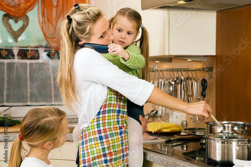 Hausfrau mit Kindern hat jede Menge Stress - 11273424