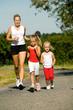 Mutter joggt mit Töchtern