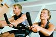 Paar beim Spinning im Fitnessstudio