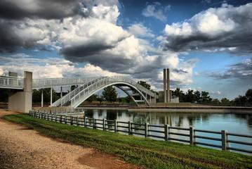 Madrid - Parque Juan Carlos I. Puente sobre el lago.